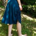Húzott zöld szoknya, Ruha, divat, cipő, Női ruha, Szoknya, Varrás, Rugamas pamut anyagból készült a szoknya. A vonalú szabással, gumis derékkal. Térd alá ér, oldalt á..., Meska