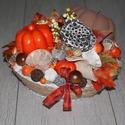 Őszi dísz, asztaldísz, Otthon & lakás, Dekoráció, Lakberendezés, Asztaldísz, Mindenmás, Virágkötés, Fonott kosártálat dekoráltam termések, műdíszek felhasználásával. Átmérő: kb. 28 cm., Meska