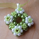 Ébred a természet - zöld porcelánvirág nyaklánc, Ékszer, Medál, Nyaklánc, világoszöld és fehér teklagyöngyökből készült nyaklánc a kis virágokat delica gyöngyök ..., Meska
