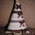 Karácsonyfa vintage stílusban, Dekoráció, Otthon, lakberendezés, Karácsonyi, adventi apróságok, Karácsonyi dekoráció, Varrás, A fácska pamutvászonból készült. Törzse lenvászonnal bevont papírguriga. Díszítésképpen szatén - és..., Meska