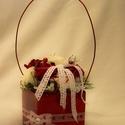 Szögletes kaspó, Dekoráció, Szögletes dolomit kaspó 10x10x10 cm fényes piros Polifoam fehér és piros rózsákkal, Meska