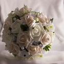 Fehér és púder menyasszonyi csokor 2 db kitűzővel, Esküvő, Esküvői csokor, A csokor főként fehér és púder színű habrózsákból áll, melyet rezgővel, zölddel és egyéb virágokkal ..., Meska