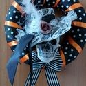 """Koponyás ajtódísz 2., Dekoráció, Otthon, lakberendezés, Ünnepi dekoráció, Ajtódísz, kopogtató, Koponyás """"vér Halloween"""" ajtódísz, díszes kalapban :) Azoknak akik szeretik a forma bontott dí..., Meska"""