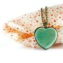 Szív nyaklánc, Valentin napra, Ékszer, Nyaklánc, Romantikus hangulatú, szív alakú medállal készült nyaklánc.  A medálhoz juharfából készítettünk beté..., Meska