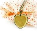 Szív nyaklánc, zöld, Valentin napra, Ékszer, Nyaklánc, Romantikus hangulatú, szív alakú medállal készült nyaklánc.  A medálhoz juharfából készítettünk beté..., Meska