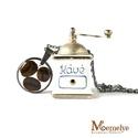 Kávé nyaklánc, Ékszer, Nyaklánc, Koffeinisták számára készült nyaklánc, kávés medállal.  A három kávészemet műgyantába öntöttük, ami ..., Meska
