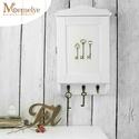 Vintage kulcstartó szekrény , Férfiaknak, Otthon, lakberendezés, Legénylakás, Festett kulcs mintával díszített kulcstartó szekrény. Fehér alapszínnel készült, az élein itt-ott di..., Meska