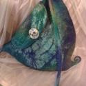 Nemezelt táska, Táska, Merinói gyapjúból készült háromszög alakú táska, egy pánttal, színe türkizes, lila.Dísz..., Meska
