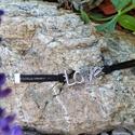 Love karkötő, Ékszer, Karkötő, Ékszerkészítés,  A képen egy fekete gyapjúszálon lévő Love feliratú karkötő látható.  A karkötő hossza 16 cm plusz ..., Meska