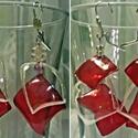 Fülbevaló pet-palackból, gyöngyökből, Ékszer, Fülbevaló, Ékszerkészítés, Újrahasznosított alapanyagból készült termékek, Aprólékos kézműves munkával bordó és áttetsző, továbbá piros színű pet-palack újrahasznosításával é..., Meska