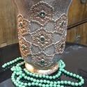 Díszített váza - antik csipkés, Képzőművészet, Otthon, lakberendezés, Vegyes technika, Kaspó, virágtartó, váza, korsó, cserép, A vázát repesztéssel, akril festékkel festettem, majd horgolt csipkével és zöld strasszkővel..., Meska