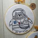 Hímzett Macis falikép (űrhajós), Baba-mama-gyerek, Dekoráció, Gyerekszoba, Baba falikép, Botond maci ha felnő űrhajós szeretne lenni :) Már most arról álmodozik,hogy milyen is lesz a rakétá..., Meska