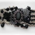 Ezüst- fekete karkötő, Ékszer, Karkötő, Fekete és ezüst gyöngyök kombinációjával készült freeform karkötő. Közepén egy matt fe..., Meska