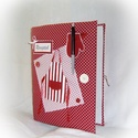 Piros-fehér pöttyös, kötényes, receptgyűjtő  gyűrűs mappa (füzet) , Konyhafelszerelés, Receptfüzet, Könyvkötés, Varrás, A4-es nagyságú gyűrűs mappa könyvkötő technikával bekötve.  Irattartó fólia használatával a kinyomt..., Meska