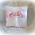 Rózsás, virágos, fehér- rózsaszín nagy gyűrűpárna, Esküvő, Gyűrűpárna, Rózsa mintás brokátból készült gyűrűpárna, 5 cm széles rózsaszín szatén szalaggal. Díszítése 2 fehér..., Meska