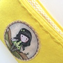 AKCIÓ -  Gorjuss babás tolltartó neszesszer, kozmetikai táska , Sárga filc és prémium, Gorjuss baba mintás tex...