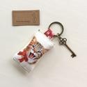 Vidám cica mintás kulcstartó, szív alakú vintage kulcs + tappancs medál - Artiroka design - 115, Táska, Divat & Szépség, NoWaste, Gyerek & játék, Kulcstartó, táskadísz, Vidám, cica mintás pamut textilből készült ez a kulcstartó. A kulcstartót egy kis vintage kulcs is d..., Meska