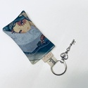 Angyal mintás kulcstartó egy kis vintage kulccsal - Artiroka design, Táska, Divat & Szépség, NoWaste, Otthon & lakás, Kulcstartó, táskadísz, Mirabelle angyal mintás prémium pamut textilből készült ez a kulcstartó. A kulcstartót egy kis vinta..., Meska