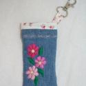 Mobiltartó, kézzel hímzett - rózsaszín virágos belsővel, Kézzel hímzett farmer mobiltok.  Mérete: 5,5 x ...