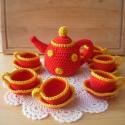 Színes teáskészlet, Játék, Baba, babaház, Vidám sárga csíkos piros horgolt kis teáscsészék pöttyös kannával. A babaszoba nélkülözhetetlen kell..., Meska