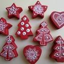 Karácsonyi csomag - bordó fenyőfa, szivecske, csillag dísz , Karácsonyi, adventi apróságok, Karácsonyi dekoráció, Ajándékkísérő, képeslap, 9 darabos karácsonyi díszcsomag Anyaga: fa (a fa megmunkálás nem saját kézzel történt) Felha..., Meska