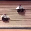 Édes gyöngyfülbevaló, Ékszer, Fülbevaló, Muffin alakú bedugós fülbevaló:) Nikkelmentes fülbevalóalap szilikondugóval. Kb. 1,5x1,5 cm , Meska