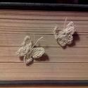 Tavaszváró pillangós fülbevaló, Ékszer, óra, Fülbevaló, Pillangós bedugós fülbevaló. Körülbelül 1,5 cm-es, kézzel horgolt ekrü színű lepkével. A..., Meska