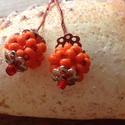 Színes gyöngybogyó fülbevaló, Ékszer, Fülbevaló, Gyöngyből készült gömböcskét fogtam két ezüst gyöngykupak közé. A bogyók kb. 1 centisek..., Meska