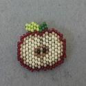 Piros alma - gyöngy kitűző, Ékszer, óra, Bross, kitűző, Ékszerkészítés, Gyöngyfűzés, Téglaöltéssel készült almás kitűző. Mérete: 3x3 cm, Meska