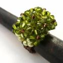 Carree gyűrű, Ékszer, óra, Gyűrű, Halványzöld tekla gyöngy alapon olivzöld swarovski kristályokkal díszített gyűrű, a gyűrűsín barna, ..., Meska