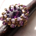 Small Bea gyűrű, Ékszer, óra, Gyűrű, Lila színű elegáns gyűrű. 16mm-es rivoli van befoglalva és díszítve csiszolt illetve swarovski gyöng..., Meska