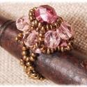 Petal gyűrű, Ékszer, óra, Gyűrű, Gyöngyfűzés, Csiszolt gyöngyökből készült rózsaszín-arany színű gyűrű. A gyűrűsín kb. 51-es ujjméretnek felel me..., Meska