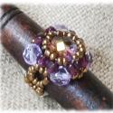 Sylvie gyűrű, Ékszer, óra, Gyűrű, Gyöngyfűzés, Sötét és világoslila csiszolt gyöngyökből illetve óarany színű kásagyöngyökből készült gyűrű, kb. 6..., Meska
