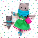 Cica mama kiscicával, hordozókendőben - öltöztethető, szürke, rózsaszín, sárga, macska, Pamut anyagokból varrtam ezt a jókedvű cica pá...