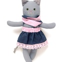 Pettyke, öltöztethető macska leány kifordítható, kétoldalas szoknyában - szürke, kék, piros, fehér, Játék, Baba-mama-gyerek, Plüssállat, rongyjáték, Játékfigura, Pamut anyagokból varrtam ezt a jókedvű cicát, saját dizájn alapján.  Minden apró részlet alapos gond..., Meska