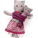 Cica mama kiscicával, hordozókendőben - öltöztethető, szürke, rózsaszín, sárga, macska, Játék, Baba-mama-gyerek, Plüssállat, rongyjáték, Játékfigura, Pamut anyagokból varrtam ezt a jókedvű cica párost, saját dizájn alapján.  Minden apró részlet alapo..., Meska