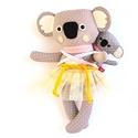 Mama és Lala, hordozós koala picinyével, meitaiban - szürke, fehér, rózsaszín, sárga, Játék, Baba-mama-gyerek, Plüssállat, rongyjáték, Játékfigura, Pamut anyagokból varrtam ezt a jókedvű koala párost, saját dizájn alapján.   Akár a természetben, a ..., Meska