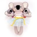 Mamma, Minna és Manna hordozós koala család, meitaiban - szürke, fehér, rózsaszín, sárga, világoskék, Játék, Baba-mama-gyerek, Plüssállat, rongyjáték, Játékfigura, Pamut anyagokból varrtam ezt a jókedvű koala triót, saját dizájn alapján.   Akár a természetben, a M..., Meska