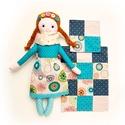 Alma, öltöztethető Miaszösz nagylány és nyuszi alvóállat, patchwork takaró, kistáska , Játék, Baba-mama-gyerek, Baba, babaház, Játékfigura, Színvilágban egymással harmonizáló pamut anyagokból varrtam ezt a nagylányos babát, saját dizájn ala..., Meska