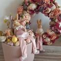 Nyúl család -tavaszi szett, Húsvéti díszek, Otthon, lakberendezés, Ajtódísz, kopogtató, Asztaldísz, Mindenmás, Nyúlék, apa, anya, és a kis czopfos beköltöztek a virágágyásokba. Ajtódísz 28 cm átmérőjű, az aszta..., Meska