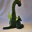 Egyfejű plüss sárkány, Baba-mama-gyerek, Játék, Plüssállat, rongyjáték, Játékfigura, Egyfejű: A hosszú nyakú sárkányom plüss anyagból készül. Színe: sötétzöld, füle, szárnya - világoszö..., Meska