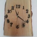 Rusztikus fából készül falióra, Otthon, lakberendezés, Falióra, óra, Akác fából készül falióra, legszélesebb pontján mérve 22x31cm. Az óra szerkezet és a muta..., Meska