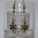 hópihés fülbevaló, Ékszer, Fülbevaló, Üveggyöngyből és drótból készült fülbevaló, teljes hossza 5,5cm. Nikkelmentes bronzból készült...., Meska