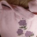 Rózsaszín kötött tatyó, Táska, Szatyor, Tarisznya, Válltáska, oldaltáska, Varrás, Rózsaszín hímzett kötött anyagból készült.A tatyó egyik oldalát három, a másik oldalát egy virághím..., Meska