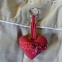 Szív kulcstaró, Mindenmás, Kulcstartó, Piros farmer anyagból készült,flízzel bélelt. Pamut csipke és szatén masni díszíti.  8cm*6 ..., Meska
