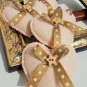 Beige - arany karácsonyi  filc díszek, Dekoráció, Karácsonyi, adventi apróságok, Ünnepi dekoráció, Karácsonyfadísz, Beige színű filcből készültek, 6 cm hosszúak , arany karácsony mintás ripsz grosgrain szalag..., Meska