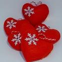 Piros hópelyhes karácsonyi  filc díszek, Dekoráció, Ünnepi dekoráció, Karácsonyi, adventi apróságok, Karácsonyfadísz, Piros filcből készültek, 6 cm hosszúak ,  fehér hópehellyel és tekla gyöngyökkel díszítet..., Meska