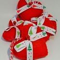 Piros karácsonyi  filc díszek, Dekoráció, Karácsonyi, adventi apróságok, Ünnepi dekoráció, Karácsonyfadísz, Piros színű filcből készültek, 6 cm hosszúak , fehér karácsony mintás ripsz grosgrain szala..., Meska