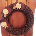 Kávés kopogtató virág díszítéssel, Otthon & Lakás, Dekoráció, Ajtódísz & Kopogtató, Mindenmás, Kávébabbal bevont kopogtató, virág mintával díszítve.  Átmérője: 30cm. 25 cm átmérőjű is rendelhető..., Meska