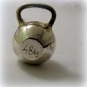 Ezüst kettle bell kulcstartó / medál, 925-ös ezüst  Kb. másfél cm magas  Személyes ...